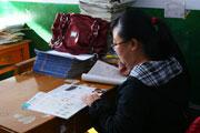 张燕老师在批改作业