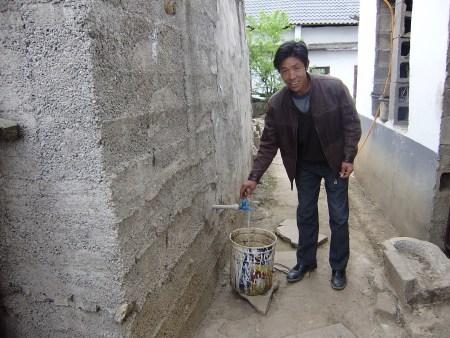 修建水窖不再为缺水的问题而犯愁