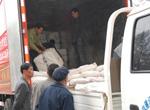 工人正在装救援物资