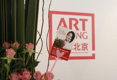 美丽的玫瑰在展览会场传递爱心