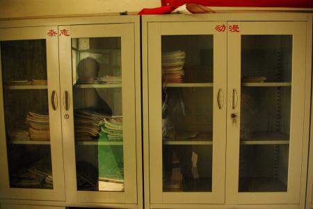 """因为老板总换,打工子弟学校的硬件设施也往往受影响,这是刚换老板半年,校龄7年的大兴希望小学的书架,里面几乎可以算""""什么也没有""""(志愿者语)"""