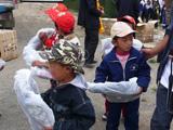 孩子们拿到书包了