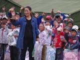和孩子们挥手告别