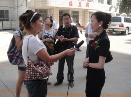 薛总接受接受记者采访