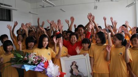 王琳达女士与同学们在一起