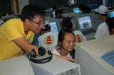 志愿者帮助学员学习网络知识