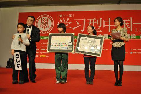 田哲男小朋友拍得玉树孤儿手绘画