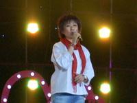 成方圆演唱《友谊地久天长》