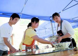 5月7日,刘贤惠与女儿王成淑在农家乐餐馆内打扫。