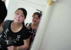 5月8日,王成淑与母亲刘贤惠在镜前梳妆打扮。