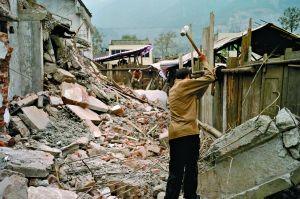 2008年11月,工人在拆除危房。地震中,北川擂鼓镇受损严重。资料图片 本报记者 王申 摄