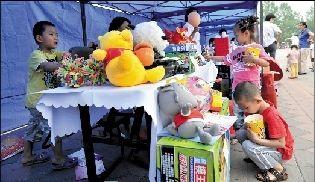 小朋友将自己家里玩具带来义卖。