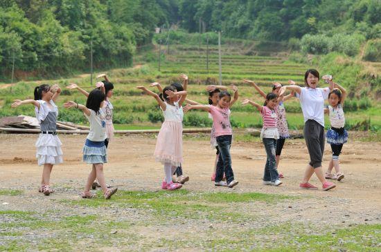 全校一年级到四年级全部学生与我们正式开始了红粉笔之旅。这里的孩子们很懂事,小小的年纪仿佛有着超越他们年龄的力量,提水扫地、干农活做家务,多小的孩子都能干。相处的日子,教给了他们唱歌,课下做游戏时听他们欢快的唱起来,腼腆的孩子也能够大声唱出自己时,我是快乐的;看到自己教给他们勇敢表达对亲人的爱,他们能够做到时,我是快乐的;有小孩子围在我们身边,依依不舍,希望能多学点课外知识时,我是快乐的;收到他们送来的小礼物,即使只是一句话,一个简笔画,他们也仔仔细细的拿纸包好,仿佛在包好他们那颗诚挚美丽的心,想到这些