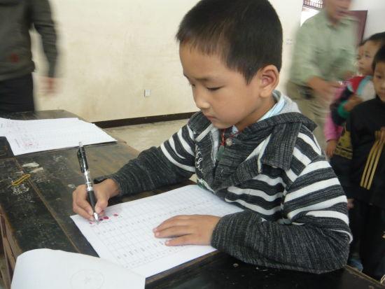 孩子现场签收助学金