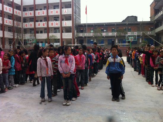 曾口小学学生排队准备领取助学款