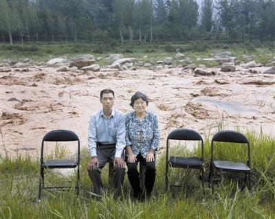 西固镇,64岁的田东林和妻子在洛河边。田东林的3个孩子离家外出打工。