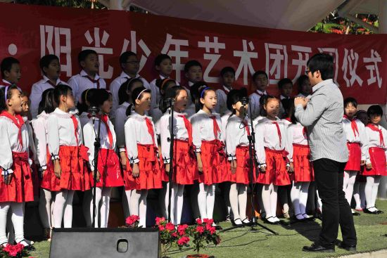 """1、""""阳光少年艺术团""""合唱团演唱《感恩的心》"""