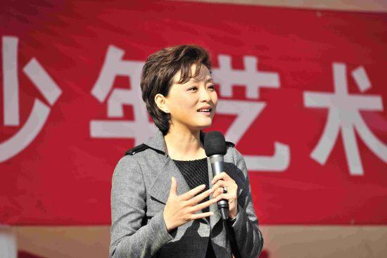 阳光文化基金会主席杨澜致辞时对打工子弟学生说,艺术是孩子一辈子的朋友