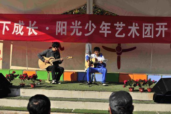 武涛和吉他乐团指导老师杨昌明合奏《童年》