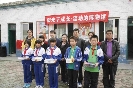 1、阳光文化基金会和参与活动博物馆领导向绿源学校赠送工具书