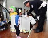 通过与交警的问答游戏互动,让小朋友牢记交通安全知识