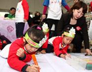 """孩子们用手中的七彩画笔描绘出他们心中美好的""""绿色家园"""
