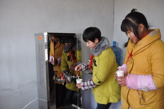 学生饮用热水