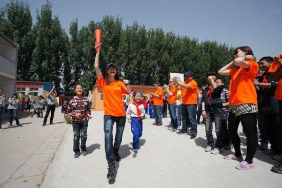 安赛乐米塔尔国际志愿者带领学生们在进行火炬传递