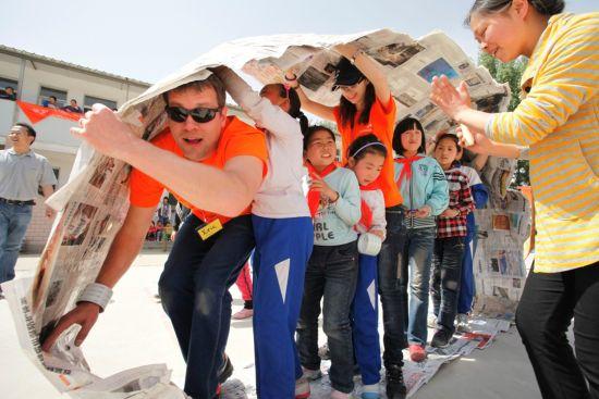 安赛乐米塔尔国际志愿者与学生们在进行坦克军团比赛