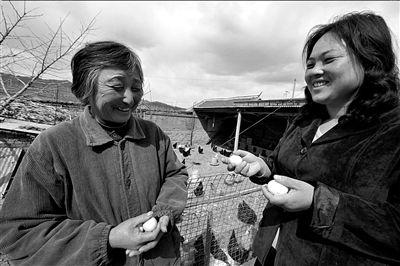 冯保芹与养殖户分享养殖经验