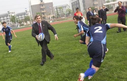 马会主席施文信(持球者)上月远赴四川,主持四川香港马会奥林匹克运动学校的开幕典礼,并跟校内学生切磋橄榄球。