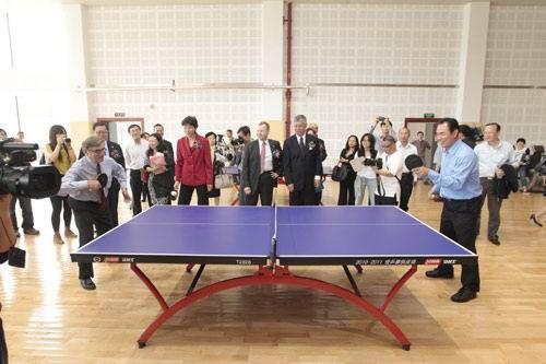 马会主席施文信(左)在开幕典礼后,跟曾代表中国勇夺世界冠军的现任国家体育总局副局长蔡振华切磋球技。