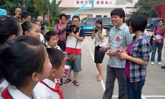 壹基金灾害部总监李弘,及原创歌手、作家、电台DJ查可欣和作家、出版人杨葵向校方赠送急救包
