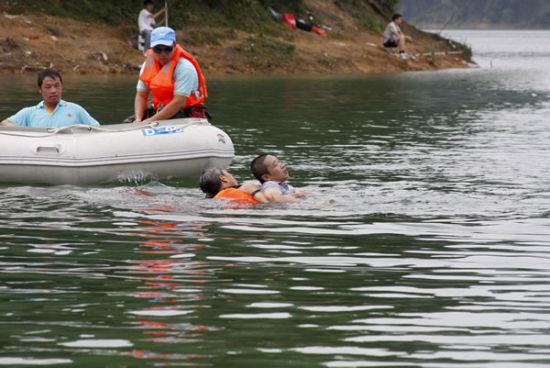 水上救援队队员使用专业方式,下潜救起刚沉没的落水者