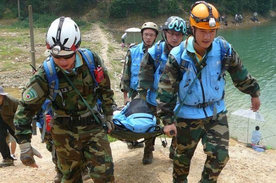 冲锋舟上,水上救援队队员正在使用抛绳器营救落水者