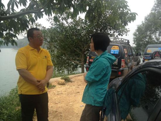在演习现场,创作歌手查可欣同救援联盟执委海猫老师进行了公益志愿者话题的讨论