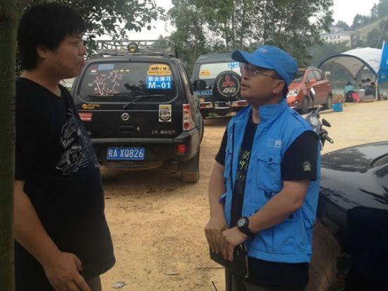 在演习现场,作家杨葵同新疆山友救援队队长军团进行了户外旅游安全话题的讨论