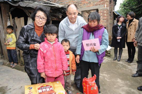 李宁先生及妇女基金会秘书长与贫困家庭合影