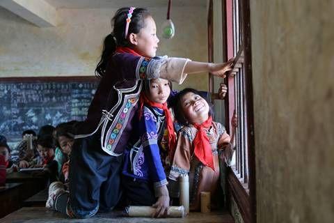 小女孩们望向窗外