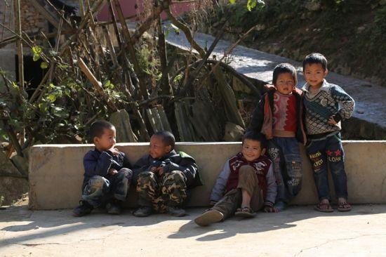 村寨中随处可见的留守儿童,常年缺乏父母的关爱