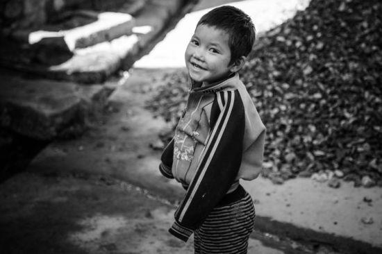 哈尼族小男孩露出漂亮的笑容