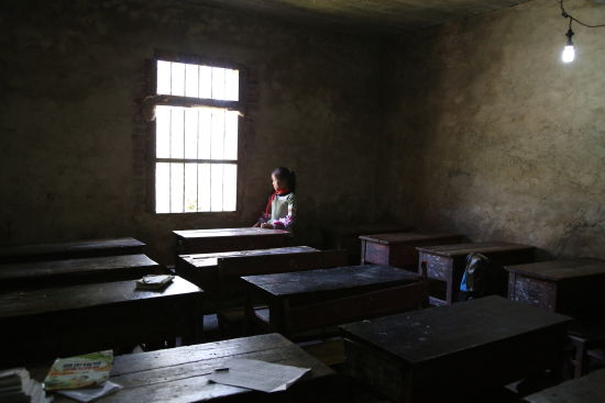 昏暗简陋的教室,白天上课时也要点着一盏小灯