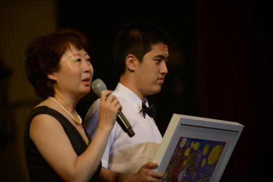 金羽翼残障儿童艺术康复服务中心创始人张军茹老师和小钢琴家佰澄