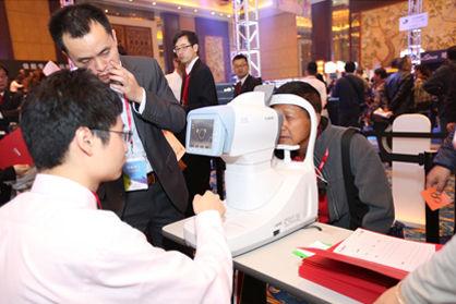 现场观众体验佳能眼科设备检查