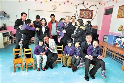 雷锋班成员与新运康复中心的孩子们在一起
