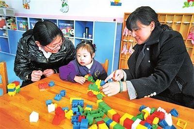 雷锋班成员和孩子玩积木
