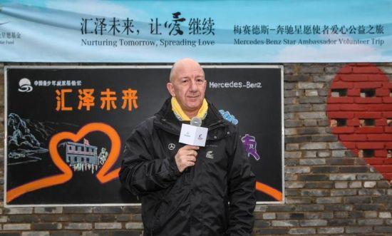 倪恺先生向浑水塘小学的孩子们送上亲切问候
