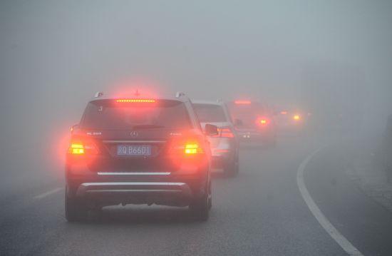 志愿者奔赴山区,穿梭在浓雾之中。