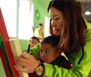 美术老师带领孩子们学习美术