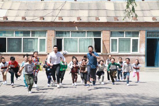 邓超现身贫困小学捐赠跑鞋 孩子们欢笑不断